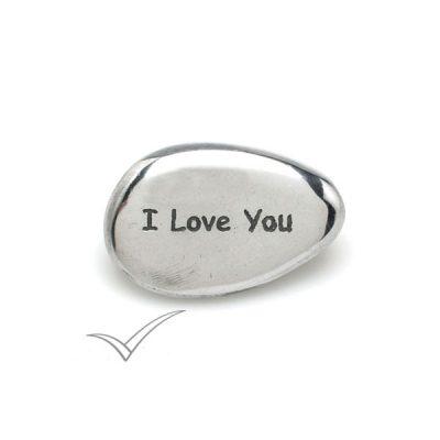 Caillou en aluminium portant les mots « I Love You ».