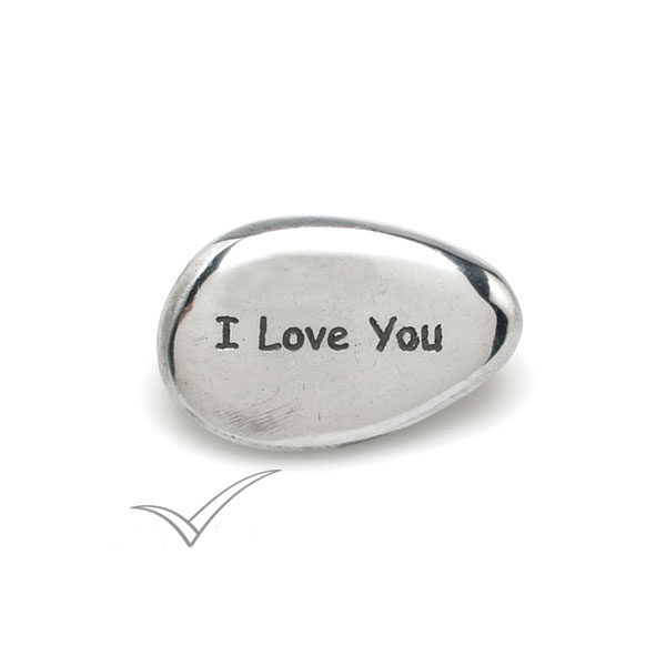 Caillou en aluminium portant les mots « I Love You ».
